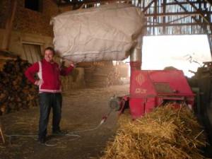 Der Pilz Bauer beim Strohhäckseln